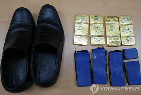 Hình ảnh tang vật 6kg vàng thu giữ được từ hai nhân viên phi hành đoàn VNA
