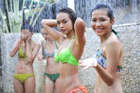 Thí sinh Ngô Thị Quỳnh Mai (giữa) trong buổi tắm bùn thư giãn ở Nha Trang
