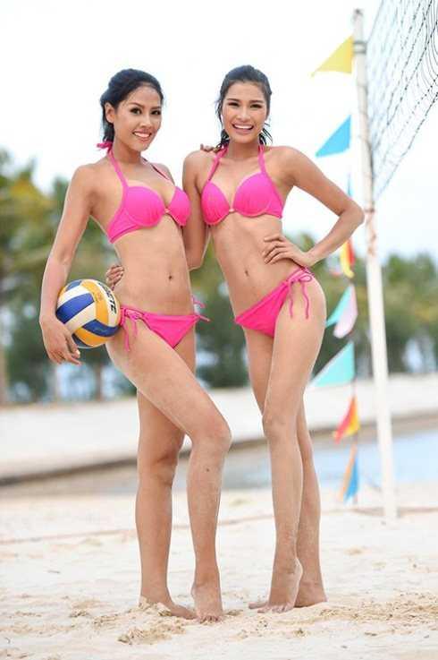 Nguyễn Thị Loan và Nguyễn Thị Thành chơi bóng chuyền trong một hoạt động của cuộc thi
