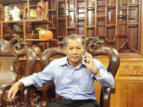Ông Nguyễn Văn Còn chỉ đường cống thoát nước do ông cùng một số người dân hỗ trợ địa phương.