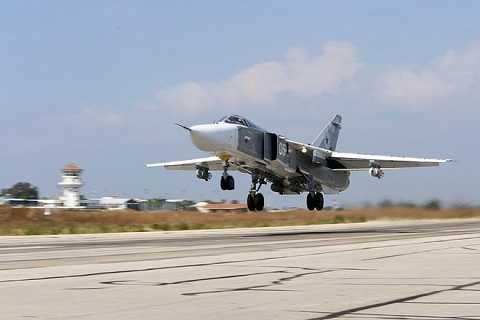 Máy bay ném bom Sukhoi Su-24 của Nga cất cánh từ căn cứ Hmeimim, tỉnh Latakia, Syria