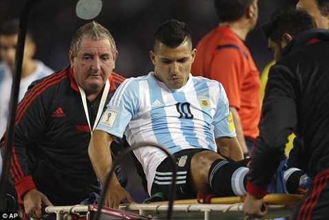 Aguero bị chấn thương và rời sân ngay trong hiệp 1