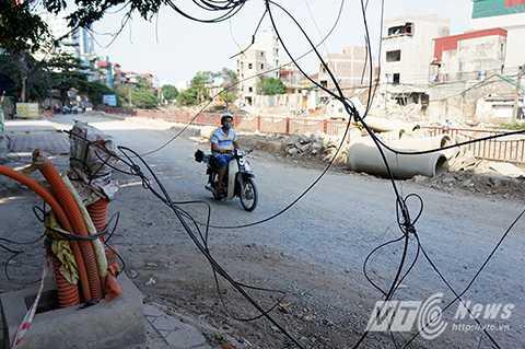 Thời gian gần đây, nhiều người dân sống ở KĐT Định Công (Hoàng Mai, Hà Nội) phản ánh rằng hệ thống dây điện trong KĐT đang bị xuống cấp trầm trọng, nhiều búi dây điện loằng ngoằng chùng xuống ngang đầu người đi đường.