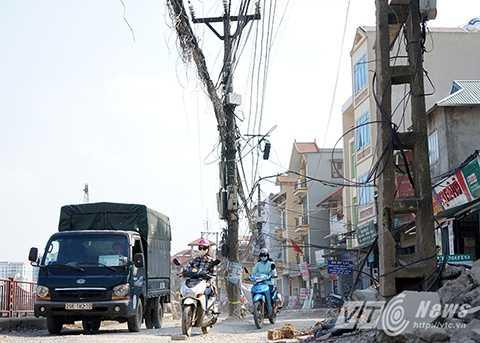 Khu vực đường ven sông Tô Lịch, giáp KĐT Định Công còn xuất hiện 4, 5 cây cột điện  nằm giữa đường.