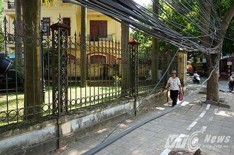 Những búi dây điện treo ngang người không rõ còn hoạt động hay không là nỗi ám ảnh của cư dân KĐT Định Công.