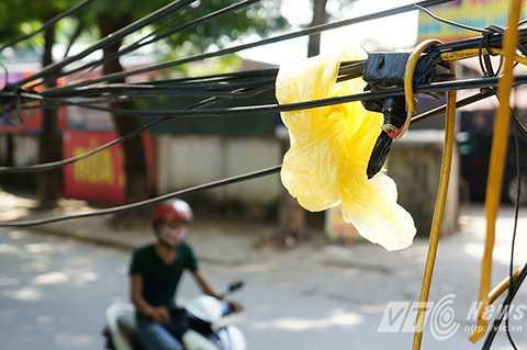 Nhiều hộ dân kinh doanh buôn bán còn lợi dụng những bó dây điện chùng xuống làm nơi bắt ổ cắm điện, chúng cũng chỉ được che chắn sơ sài bằng băng dính đen và áo mưa giấy.