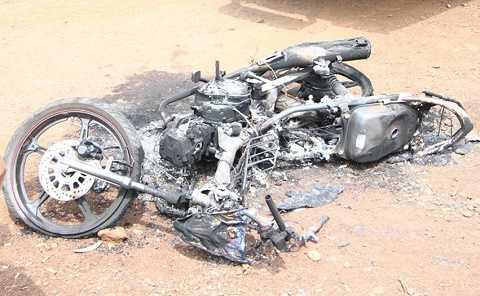 Xe máy hai nghi can trộm chó bị đốt cháy rụi