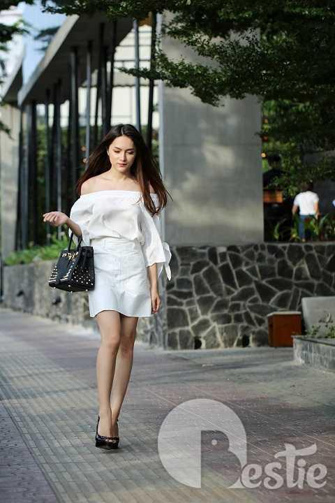 Kiểu áo lệch vai đang rất hot hiện nay được Hương Giang phối với váy chữ A cùng tông màu. Set đồ trắng-đen luôn khiến bất kỳ cô gái nào cũng trở nên nổi bật và thanh lịch.
