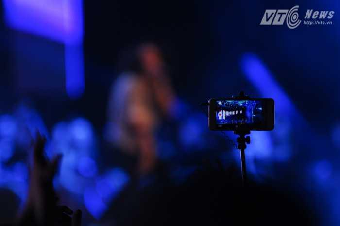 Khán giả quay video các màn trình diễn đêm khai mạc Monsoon 2015 Ảnh: Tùng Đinh