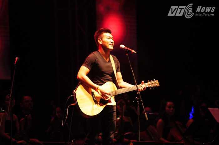Mở đầu chương trình là Tạ Quang Thắng với tác phẩm Lá Cờ - Ảnh: Tùng Đinh