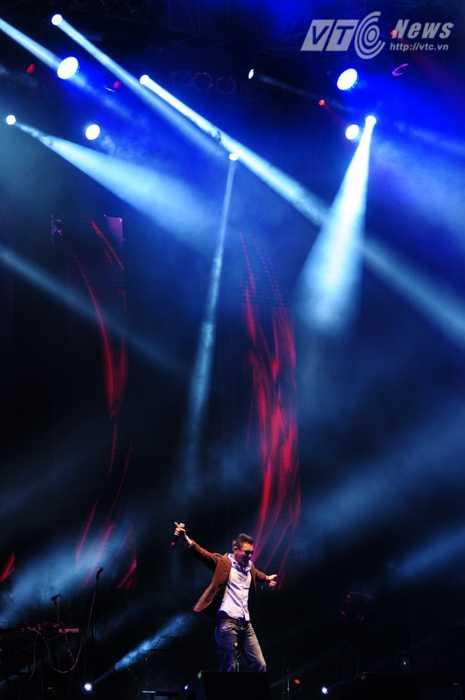 Đông Hùng khuấy đảo hàng ngàn khán giả với một ca khúc cực sôi động - Ảnh: Tùng Đinh