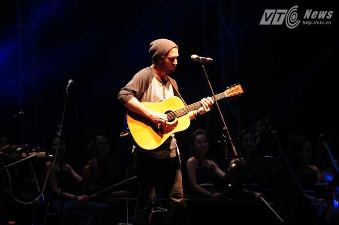 Nam ca sỹ nước ngoài biểu diễn ca khúc sâu lắng hạ nhiệt khán giả Ảnh: Tùng Đinh
