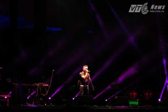 Thái Châu của KOP đem đến cho khán giả Hà Nội một ca khúc sâu lắng Ảnh: Tùng Đinh