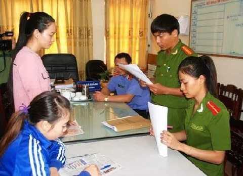 Hai bảo mẫu Nguyễn Tú Anh (áo hồng, đứng) và Lê Thị Hoài Linh (áo gió xanh, ngồi) nghe Công an đọc Quyết định khởi tố