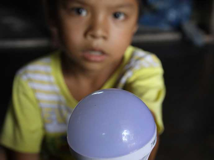 Chiếc bóng đèn này được lừa bán cho dân nghèo với giá 790.000 đồng - Ảnh: Nguyễn Phúc