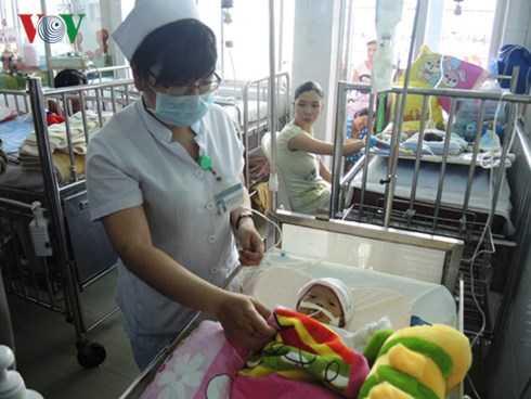 Em bé được các y bác sĩ Bệnh viện Nhi Đồng 1 chăm sóc.