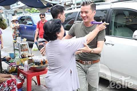 Sự xuất hiện của Đàm Vĩnh Hưng khi đến thăm các cô chú nghệ sĩ lão làng đã nhận được sự đón tiếp nồng hậu.