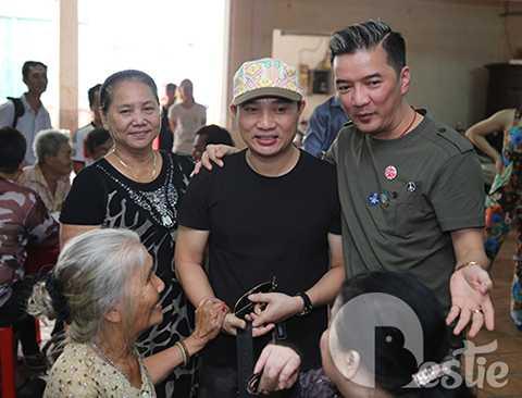 Sau đó ít phút, nam ca sĩ Quang Linh cũng xuất hiện và chung tay góp sức cùng Đàm Vĩnh Hưng.