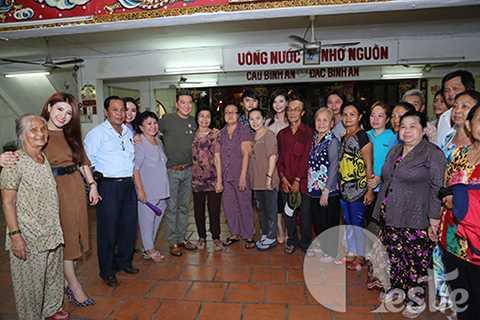 Các nghệ sĩ gạo cội chụp ảnh lưu niệm cùng Mr Đàm cùng những người bạn và các học trò.