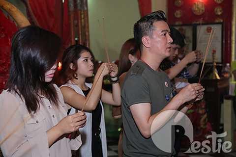Sau đó, Đàm Vĩnh Hưng cùng các học trò The Voice cùng đến thắp nhang bàn thờ Tổ nghiệp.