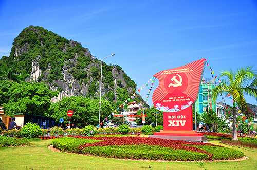 Pa nô lớn được trang trí tại vườn hoa trước trụ sở UBND tỉnh, chào mừng Đại hội Đảng bộ tỉnh Quảng Ninh lần thứ XIV