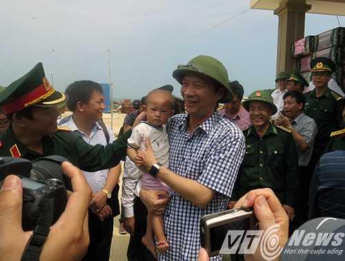 Ông Nguyễn Văn Đọc - Bí thư Tỉnh ủy Quảng Ninh (người bế cháu bé) ra thăm,kiểm tra công tác xây dựng nhà ở cho 30 hộ dân đầu tiên lập nghiệp trên đảoTrần,nằm ở vị trí tiền tiêu vùng Đông Bắc Tổ quốc,thuộc huyện Cô Tô, hồi tháng 9/2014 - Ảnh MK.