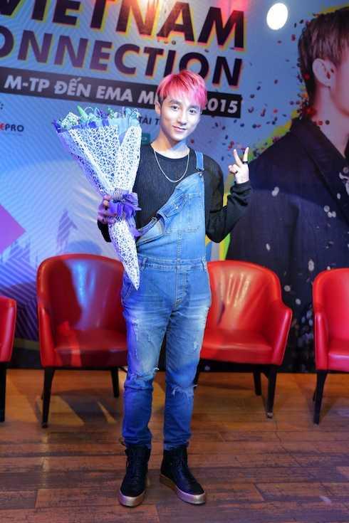 Sơn Tùng diện quần yếm trong lễ công bố mini concert.