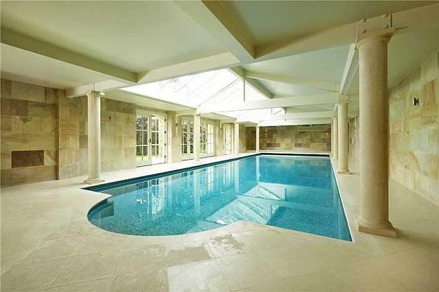 Bể bơi trong nhà hiện đại.