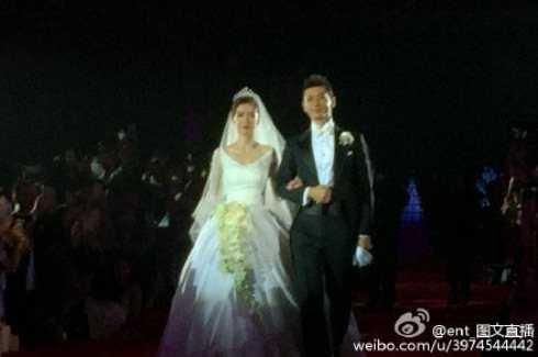 Cô dâu, chú rể hạnh phúc trong ngày cưới.