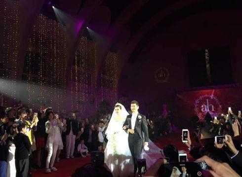 Huỳnh Hiểu Minh tiến xuống dắt vợ lên sân khấu chính