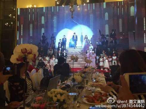 Chú rể Huỳnh Hiểu Minh tiến ra trước cùng dàn phù dâu, phù rể hai bên.