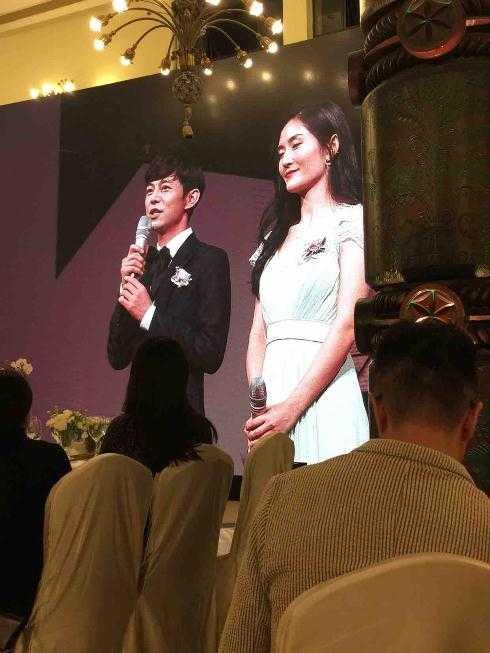 Hai MC nổi tiếng Hà Linh và Tạ Na dẫn chương trình