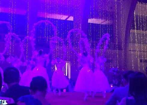Màn ca vũ bắt đầu khai màn.