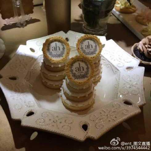 Trên mặt bánh không thể thiếu tên của cô dâu, chú rể.