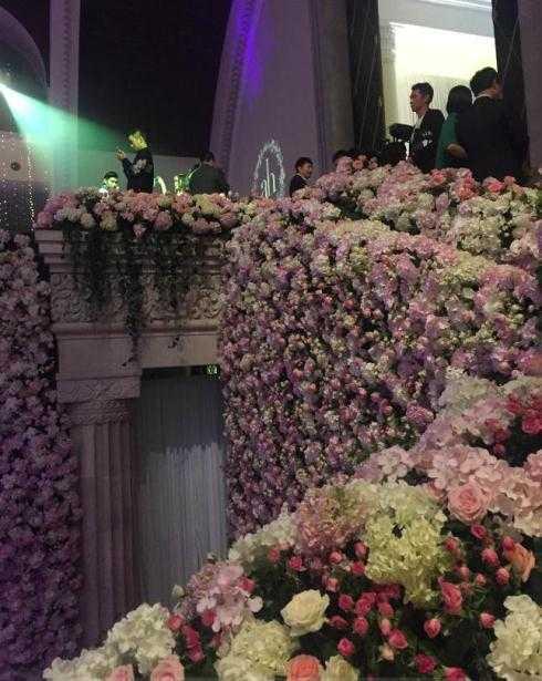 Hoa tươi tràn ngập không gian bên trong.