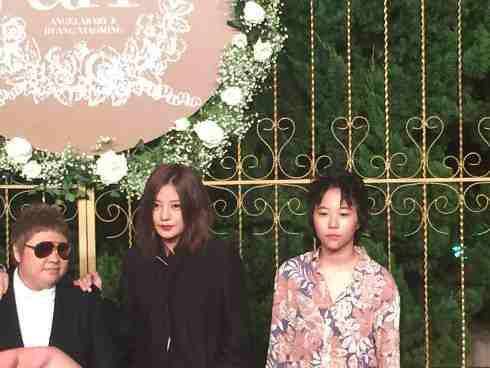 Triệu Vy (giữa) cùng ca sỹ Hàn Hồng (trái) và con gái diva Vương Phi là Đậu Tĩnh Đồng (phải).
