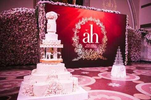 Sân khấu chính với bánh cưới và rượu sâm-panh.
