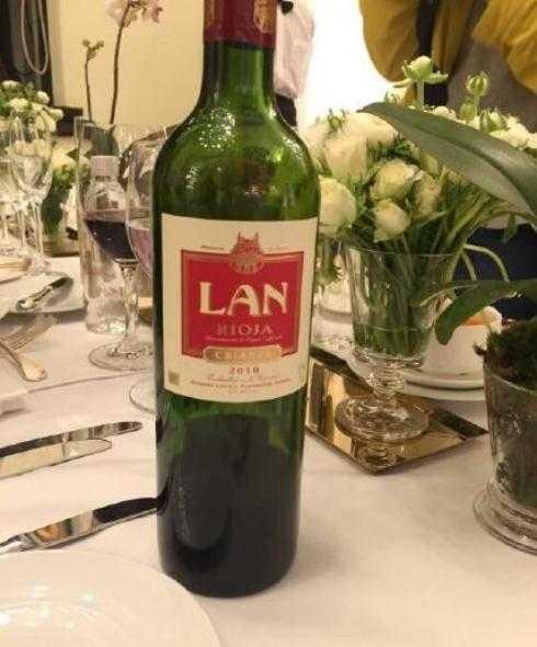 Rượu cưới đã sẵn sàng trên bàn tiệc.