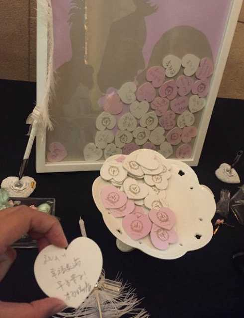 Khách mời viết lời chúc phúc vào những mảnh trái tim nhỏ và thả vào thùng như thế này.