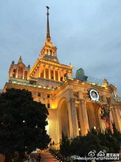 Quang cảnh bên ngoài trung tâm Triển lãm Thượng Hải đèn sáng lung linh.
