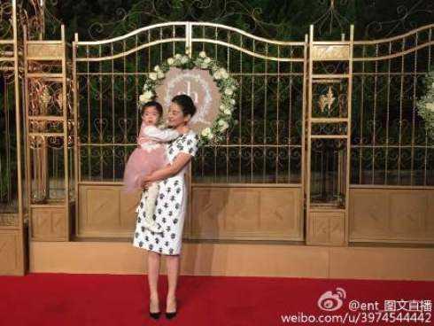Mẹ con nữ diễn viên Huỳnh Dịch.