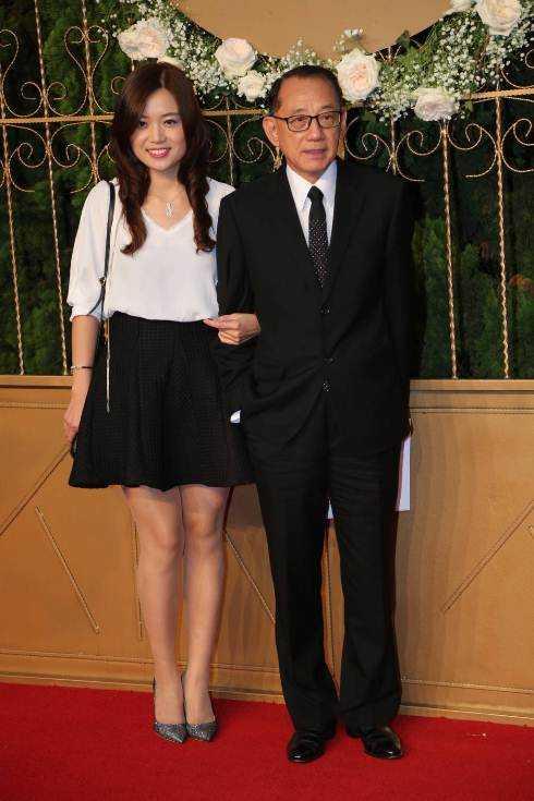 Tổng giám đốc Tập đoàn Anh Hoàng, ông Dương Thụ Thành cùng bạn gái đến chúc phúc vợ chồng Huỳnh Hiểu Minh.