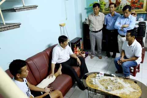 Phó Chủ tịch UBND TP Đà Nẵng thăm hỏi sức khỏe của Anh Khoa.