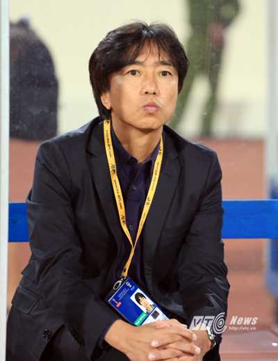 HLV Miura căng thẳng trước trận đấu (Ảnh: Phạm Thành)