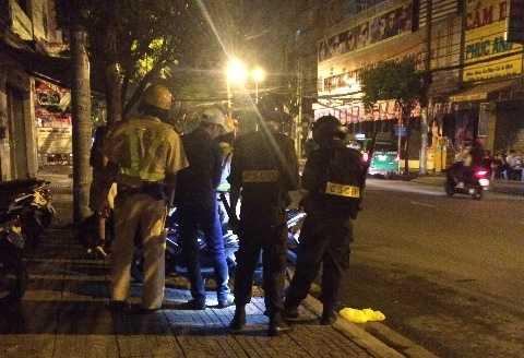 Lực lượng cảnh sát kiểm tra hành chính nam thanh niên. Ảnh: Phan Cường
