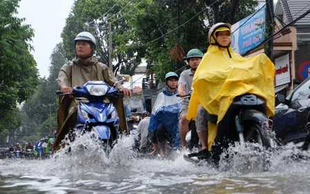 Nước ngập quá nửa bánh xe.