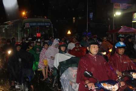 Đến hơn 20h tối cùng ngày, dòng người vẫn phải dầm mình trong mưa.