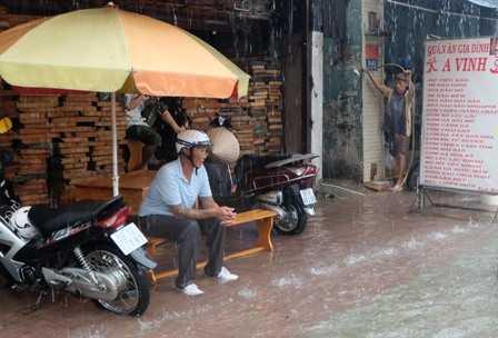 Người đàn ông này phải ngồi trú vì mưa quá lớn