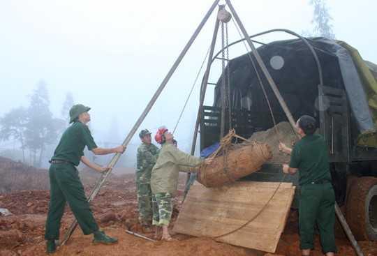 Lực lượng công binh chuyển quả bom lên xe đưa tới nơi xử lý