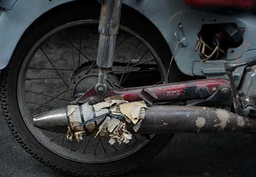 Ngay cả ống pô bị bể cũng được gia cố lại tạm thời